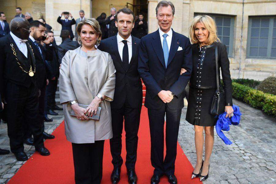 La grande-duchesse Maria Teresa et le grand-duc Henri de Luxembourg avec Emmanuel et Brigitte Macron à Paris le 20 mars 2018