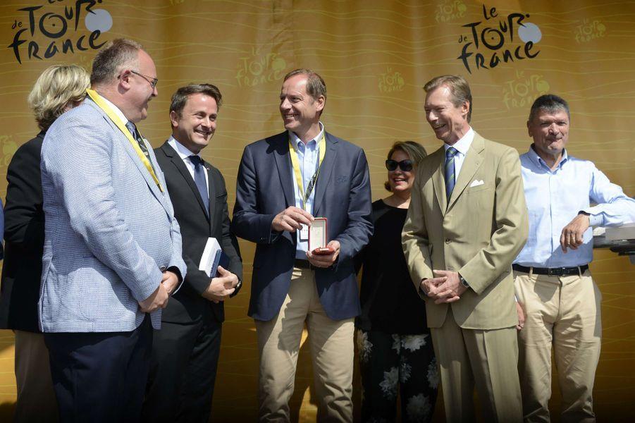 La grande-duchesse Maria Teresa et le grand-duc Henri de Luxembourg avec Christian Prudhomme à Mondorf-les-Bains, le 4 juillet 2017