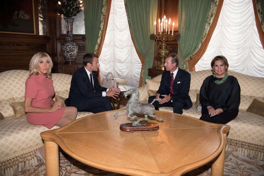 La grande-duchesse Maria Teresa et le grand-duc Henri de Luxembourg avec Emmanuel et Brigitte Macron à Luxembourg, le 29 août 2017