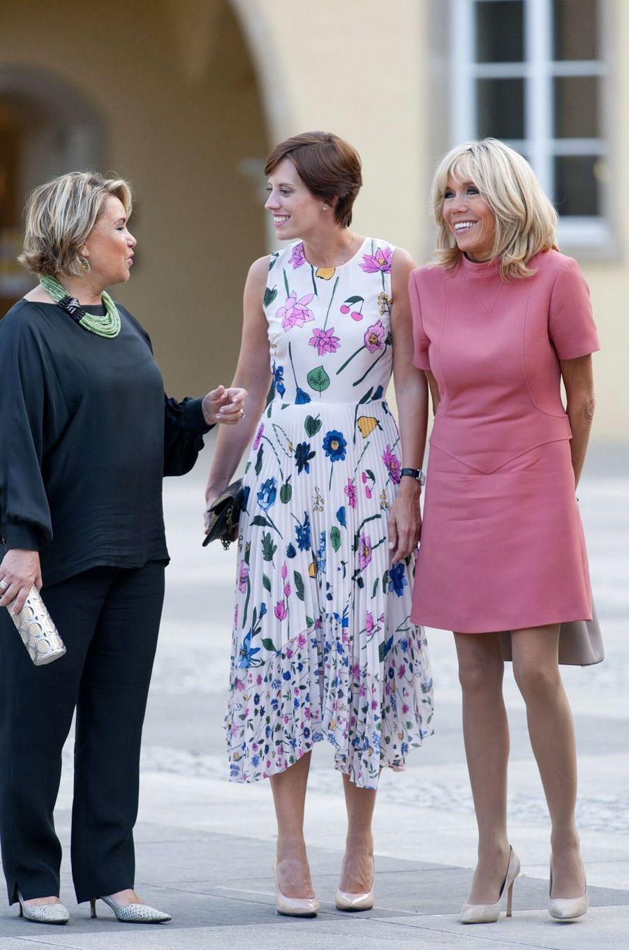La grande-duchesse Maria Teresa de Luxembourg avec Amélie Derbaudrenghien et Brigitte Macron à Luxembourg, le 29 août 2017