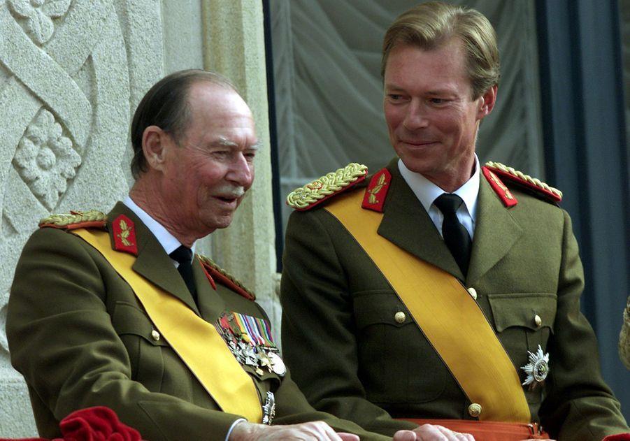 Le grand-duc Jean de Luxembourg, le jour de son abdication, avec son fils le nouveau grand-duc Henri, le 7 octobre 2000
