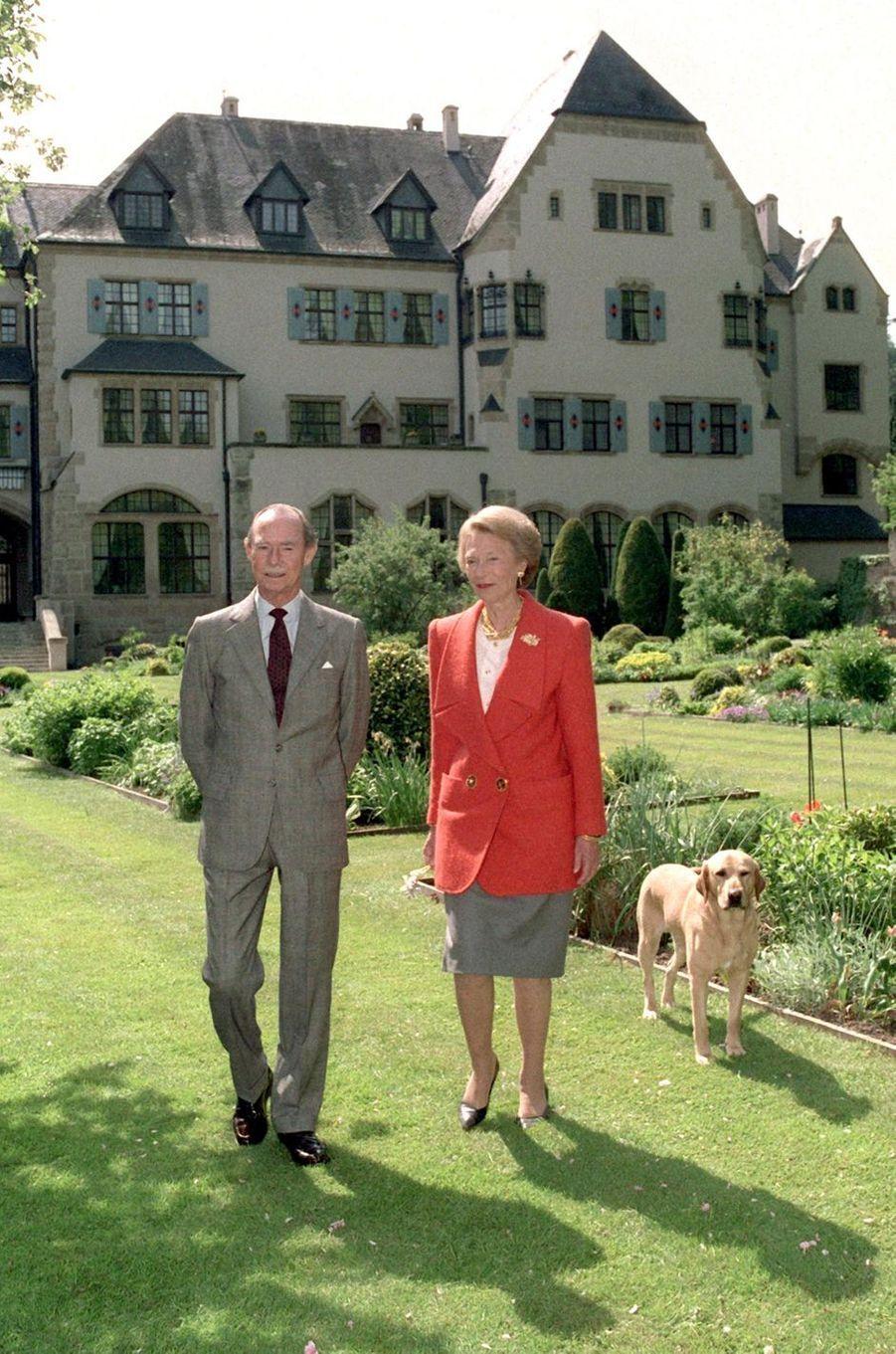 Le grand-duc Jean de Luxembourg avec sa femme la grande-duchesse Joséphine-Charlotte, le 5 mai 1993