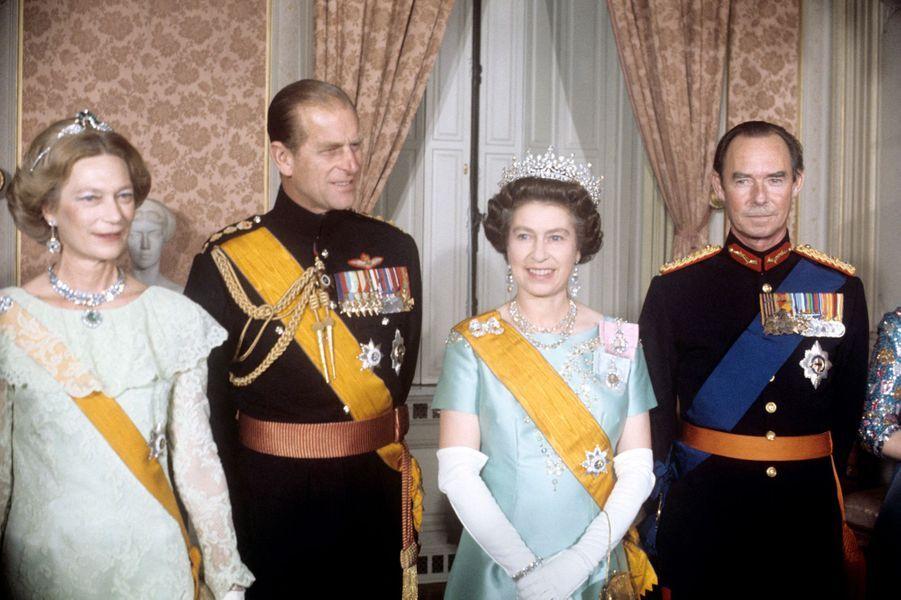 Le grand-duc Jean de Luxembourg avec la grande-duchesse Joséphine-Charlotte, la reine Elizabeth II et le prince Philip, le 11 novembre 1976