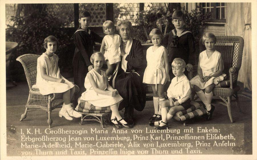 Le prince Jean de Luxembourg enfant avec sa grand-mère maternelle, l'ex-grande-duchesse consort Marie-Anne de Bragance, carte postale non datée