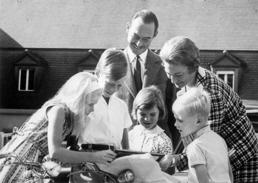 Jean et Joséphine-Charlotte de Luxembourg avec leurs enfants, en novembre 1964