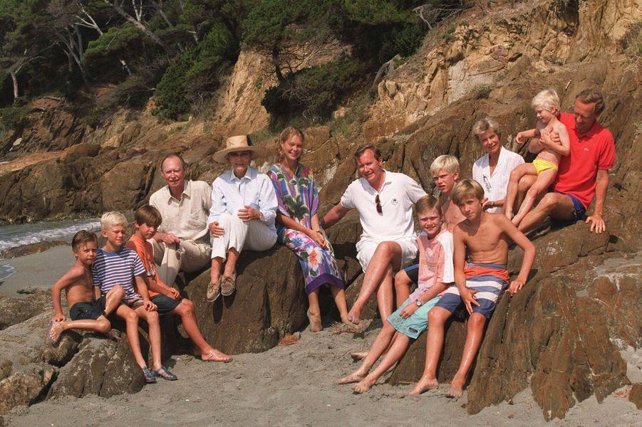 Le grand-duc Jean de Luxembourg avec la grande-duchesse Joséphine-Charlotte et certains de leurs enfants et petits-enfants, le 3 août 1999