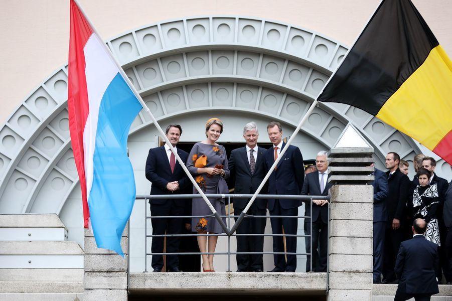 Le grand-duc Henri de Luxembourg et le Premier ministre Xavier Bettel avec la reine Mathilde et le roi des Belges Philippe à Luxembourg le 16 octobre 2019