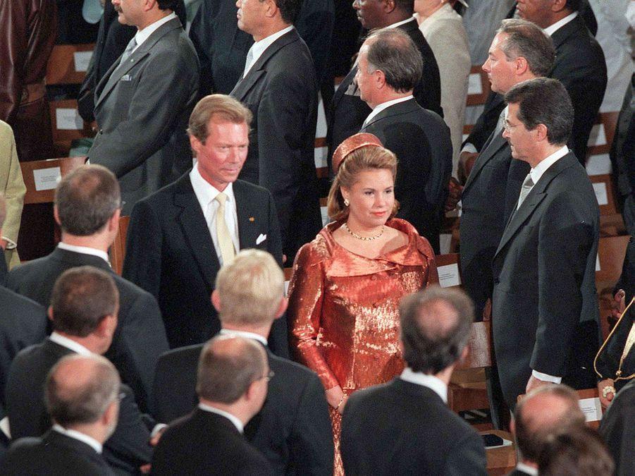 Le grand-duc Henri de Luxembourg avec sa femme la grande-duchesse Maria Teresa, le 7 octobre 2000, jour de son accession au trône