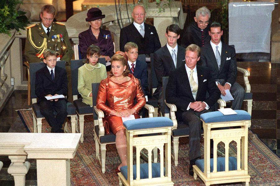 Le grand-duc Henri de Luxembourg avec la famille grand-ducale et la reine Beatrix des Pays-Bas, le 7 octobre 2000, jour de son accession au trône