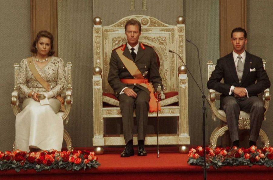 Le grand-duc Henri de Luxembourg avec la grande-duchesse Maria Teresa et le prince héritier Guillaume, le 7 octobre 2000, jour de son accession au trône
