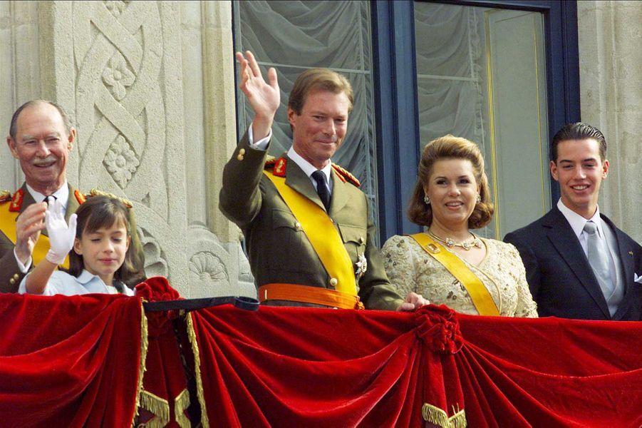 Le grand-duc Henri de Luxembourg avec la famille grand-ducale, le 7 octobre 2000, jour de son accession au trône