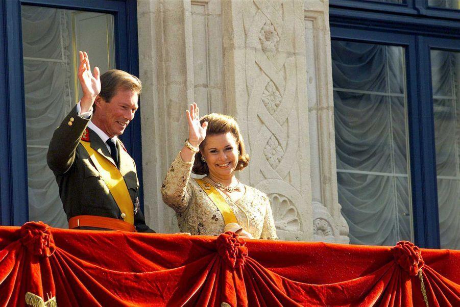 Le grand-duc Henri avec sa femme la grande-duchesse Maria Teresa, le 7 octobre 2000, jour de son accession au trône