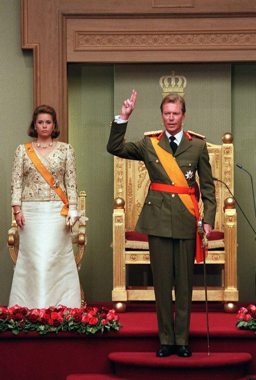 A côté de sa femme la grande-duchesse Maria Teresa, le grand-duc Henri de Luxembourg prête serment le 7 octobre 2000