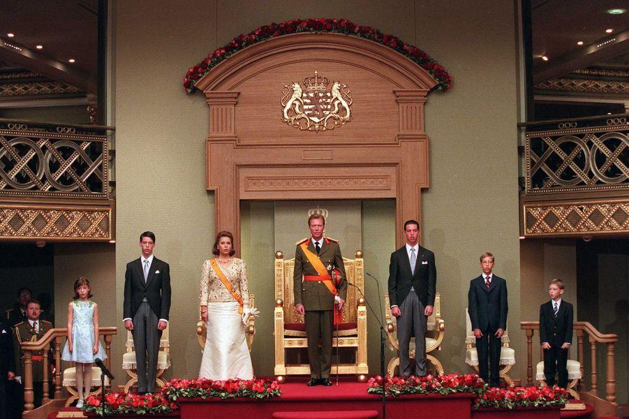 Le grand-duc Henri de Luxembourg avec sa femme la grande-duchesse Maria Teresa et leurs enfants, le 7 octobre 2000, jour de son accession au trône