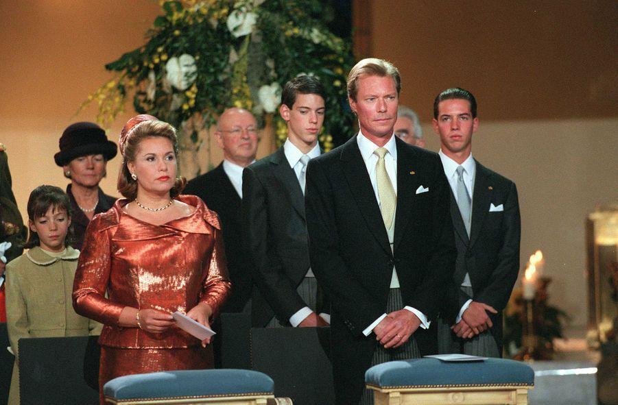 La grande-duchesse Maria Teresa et le grand-duc Henri de Luxembourg avec la famille grand-ducale, le 7 octobre 2000