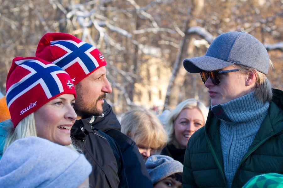 La princesse Mette-Marit et le prince Haakon de Norvège avec Marius Borg Hoiby à Oslo, le 17 janvier 2016