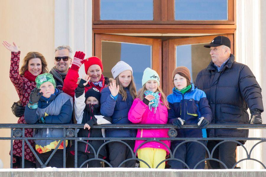 Le roi Harald V et la reine Sonja de Norvège avec leurs cinq petits-enfants, et leur fille et son mari, à Oslo le 17 janvier 2016
