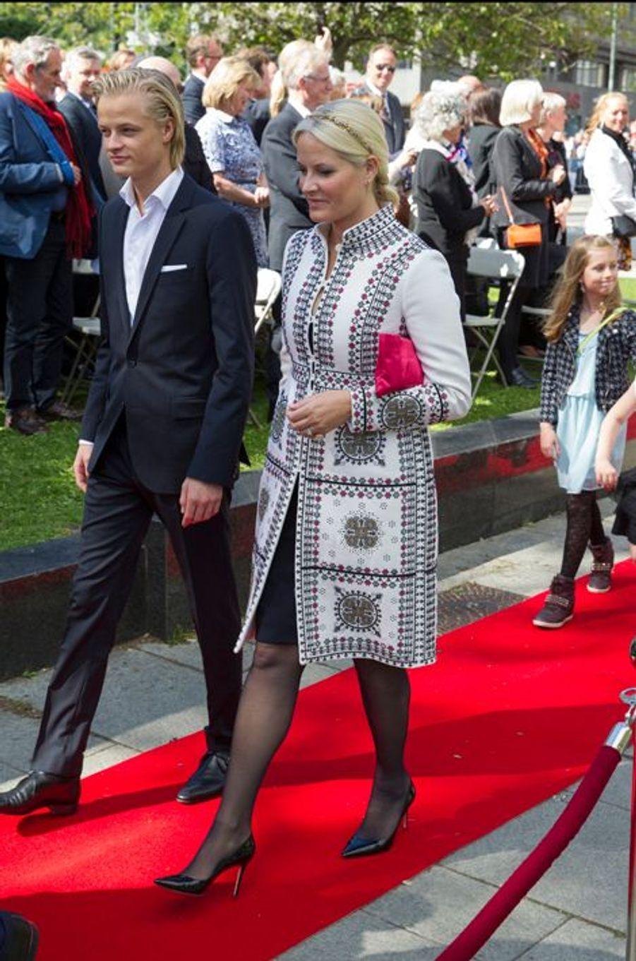 La princesse Mette-Marit de Norvège avec son fils aîné Marius à Oslo, le 7 juin 2015