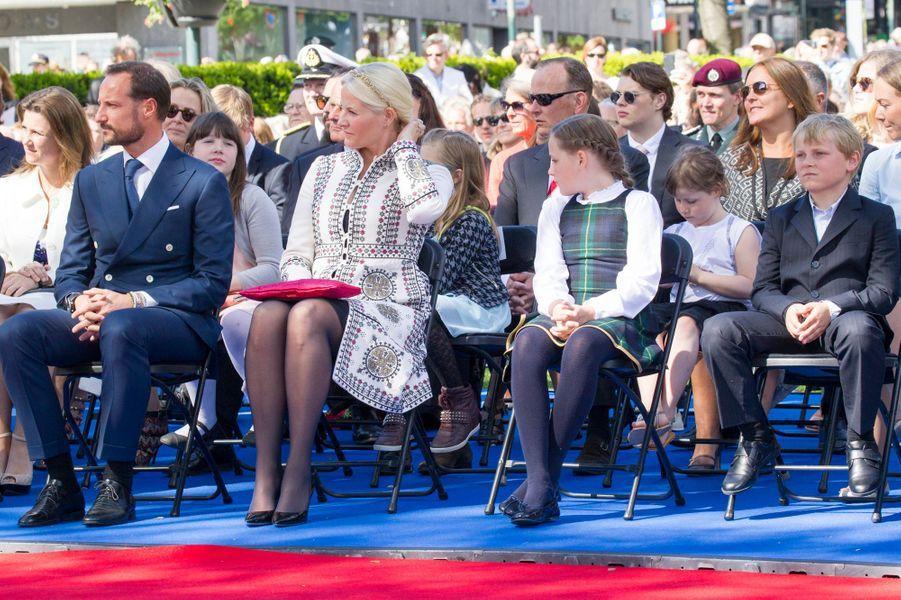 La princesse Mette-Marit et le prince Haakon de Norvège avec leurs enfants, à Oslo le 7 juin 2015