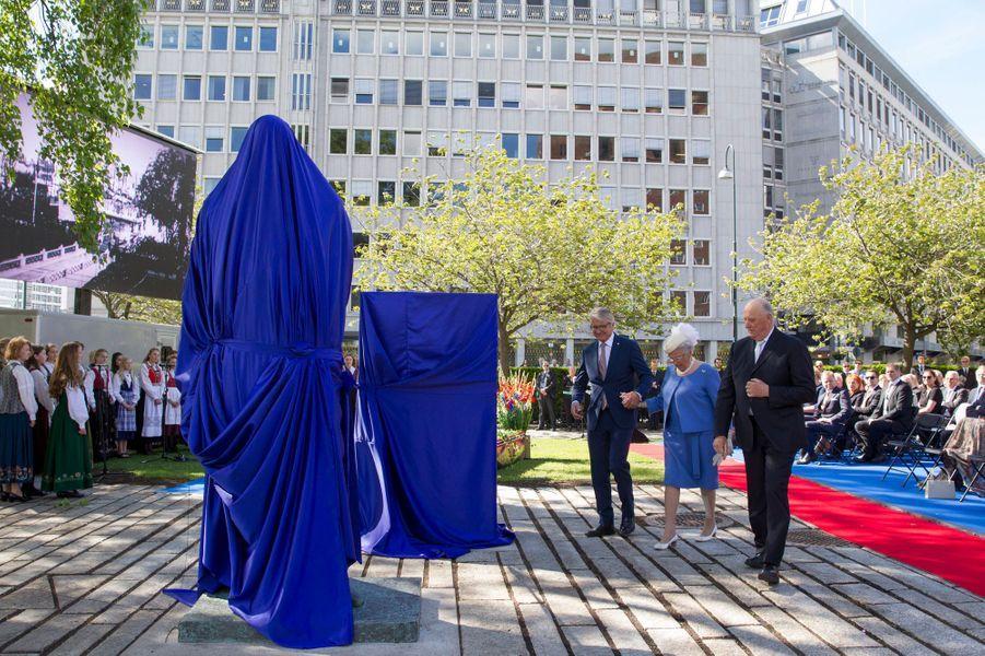 Le roi Harald V de Norvège et sa soeur la princesse Astrid dévoilent le monument d'Olav V à Oslo le 7 juin 2015