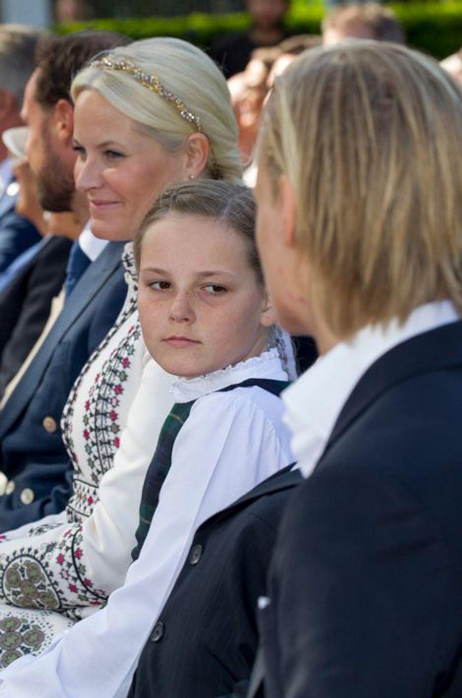 Les princesses Mette-Marit et Ingrid-Alexandra avec Marius à Oslo, le 7 juin 2015