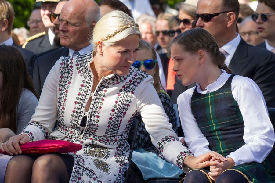 Les princesses Mette-Marit et Ingrid-Alexandra de Norvège à Oslo, le 7 juin 2015