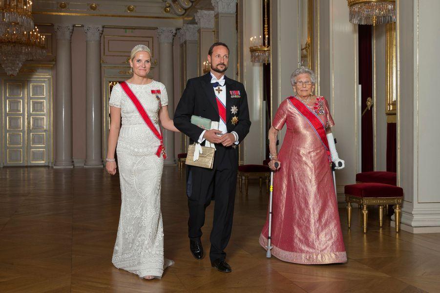 La princesse Mette-Marit et le prince Haakon de Norvège avec la princesse Astrid au Palais royal à Oslo, le 22 octobre 2015