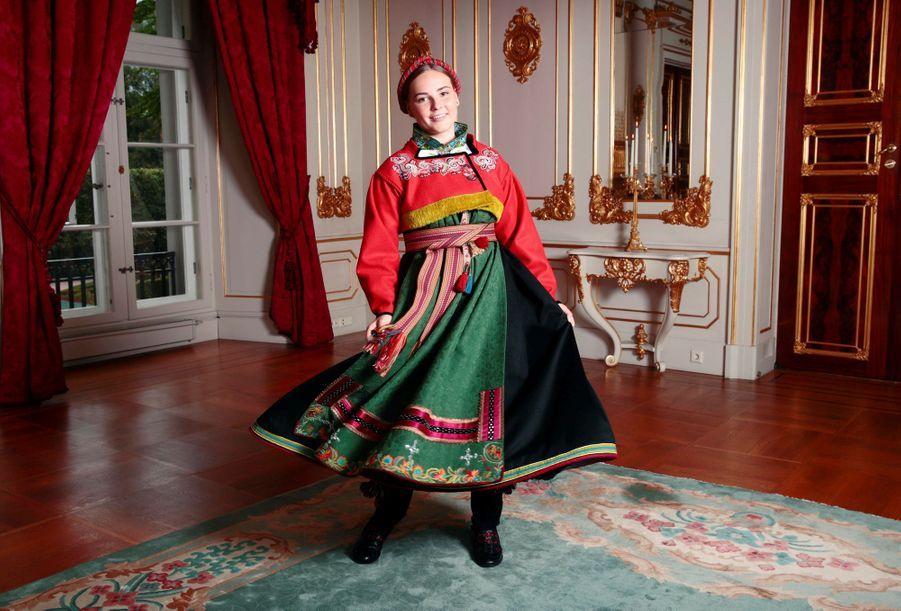 La princesse Ingrid Alexandra de Norvège dans le bunad confectionné pour sa confirmation, à Oslo le 31 août 2019