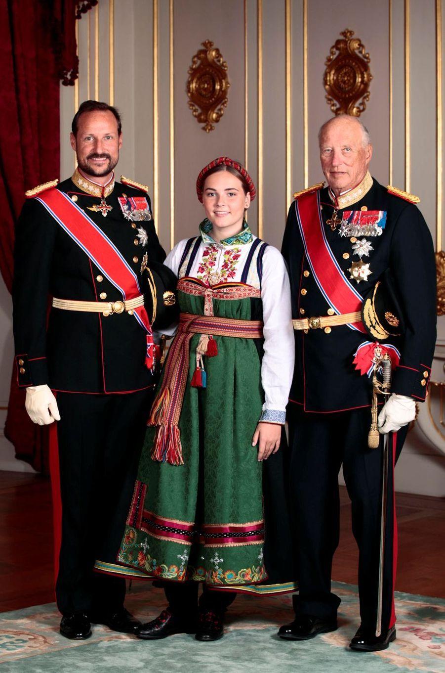 La princesse Ingrid Alexandra de Norvège avec son père le prince Haakon et son grand-père le roi Harald V, à Oslo le 31 août 2019. Photo officielle de sa confirmation