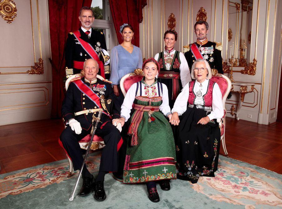 La princesse Ingrid Alexandra de Norvège avec ses parrains et marraines, à Oslo le 31 août 2019. Photo officielle de sa confirmation