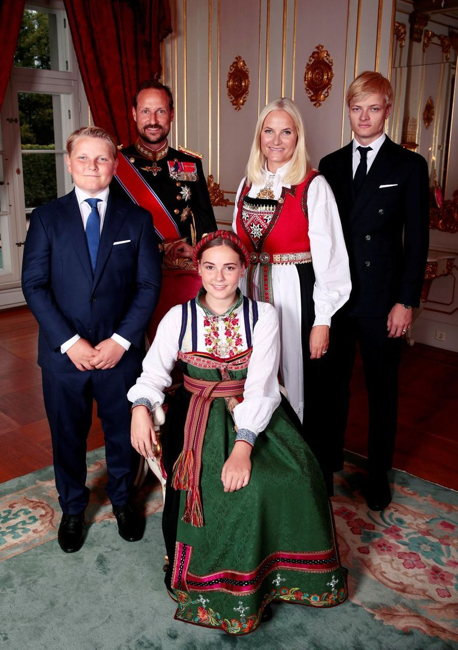La princesse Ingrid Alexandra de Norvège avec ses parents et et ses frères, à Oslo le 31 août 2019. Photo officielle de sa confirmation