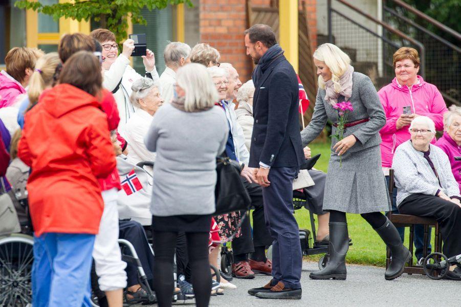 La princesse Mette-Marit et le prince Haakon de Norvège à Nannestad, le 16 septembre 2015