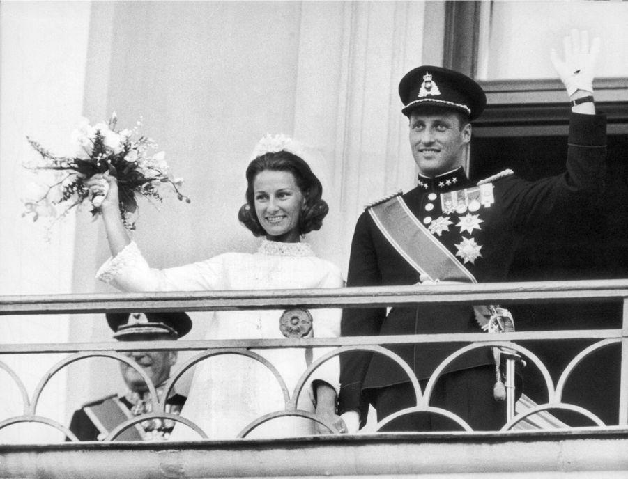Harald et Sonja célébrant leur mariage au balcon du palais royal d'Oslo, le 28 août 1968.