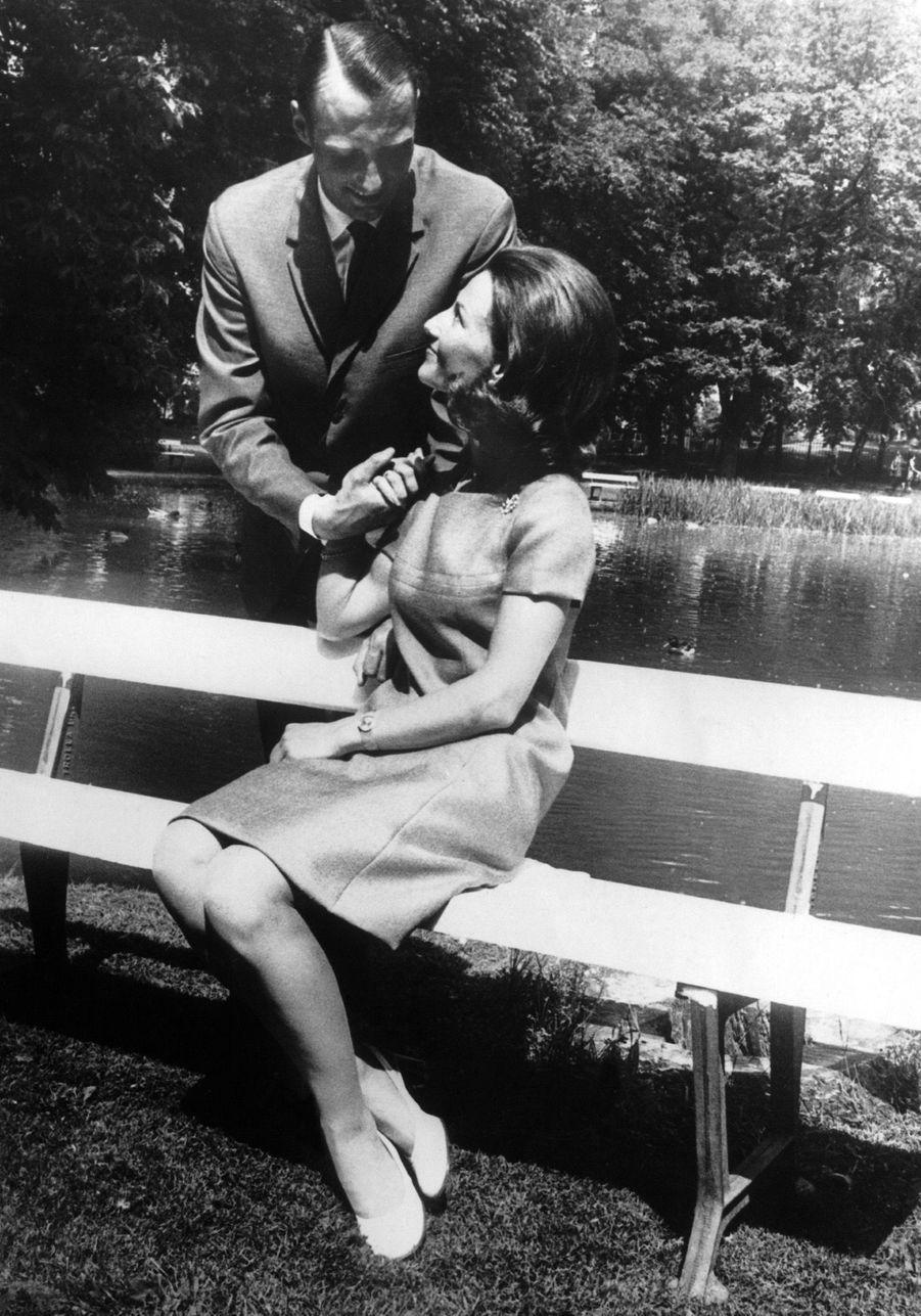 Harald et Sonja posent pour les photographes dans les jardins du palais royal d'Oslo, le 21 août 1968, une semaine avant leur mariage.