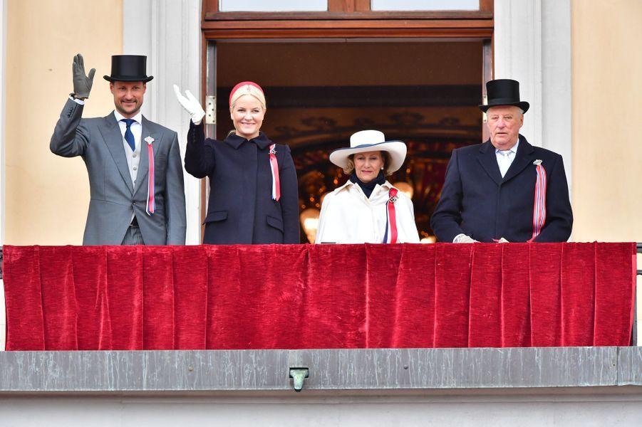La princesse Mette-Marit, le prince Haakon, la reine Sonja et le roi Harald V de Norvège à Oslo, le 17 mai 2017
