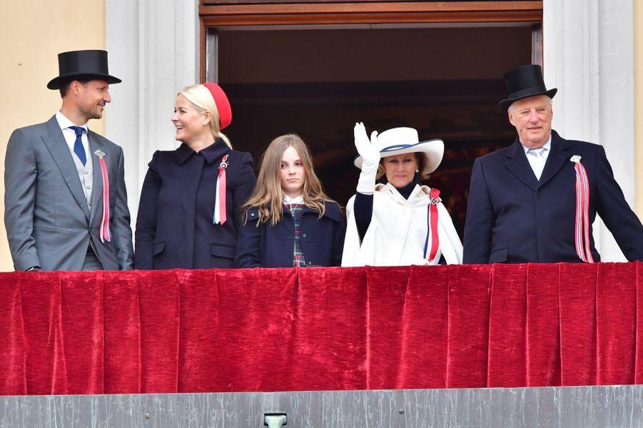 Les princesses Mette-Marit et Ingrid Alexandra, le prince Haakon, la reine Sonja et le roi Harald V de Norvège à Oslo, le 17 mai 2017