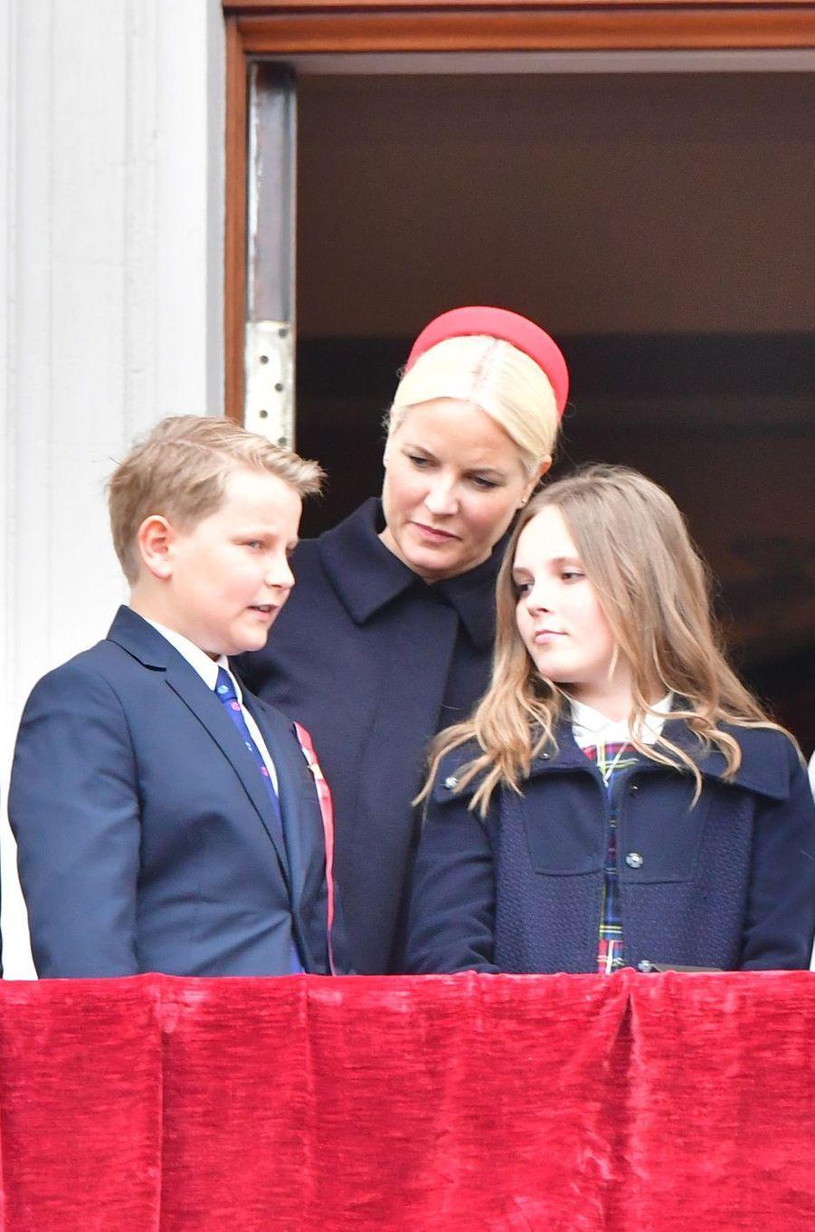 La princesse Mette-Marit de Norvège avec la princesse Ingrid Alexandra et le prince Sverre Magnus à Oslo, le 17 mai 2017