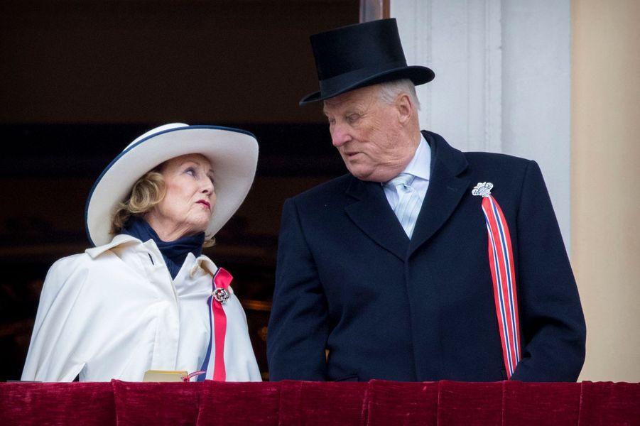 La reine Sonja et le roi Harald V de Norvège à Oslo, le 17 mai 2017