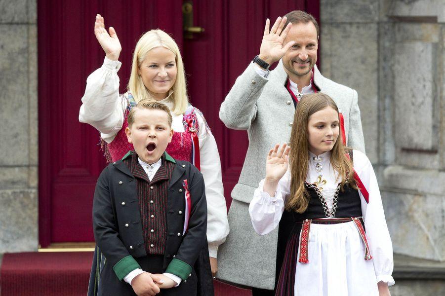 Les princesses Mette-Marit et Ingrid Alexandra et les princes Haakon et Sverre Magnus de Norvège à Oslo, le 17 mai 2017