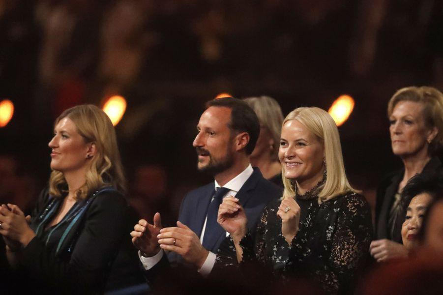 La princesse Mette-Marit et le prince Haakon de Norvège avec Beatrice Fihn à Oslo, le 11 décembre 2017
