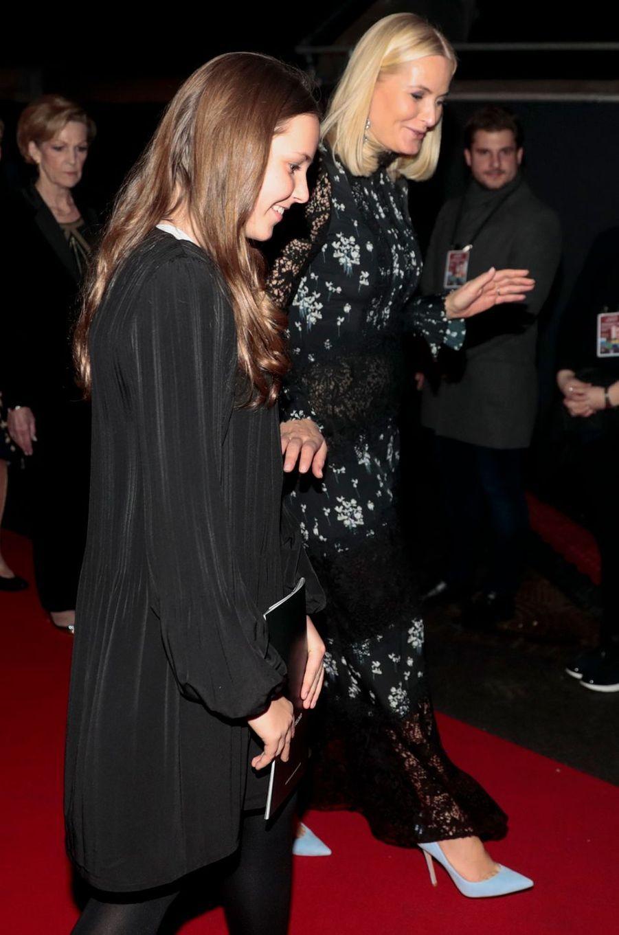 La princesse Mette-Marit de Norvège avec sa fille la princesse Ingrid Alexandra à Oslo, le 11 décembre 2017