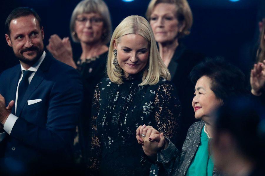 La princesse Mette-Marit et le prince Haakon de Norvège avecSetsuko Thurlow à Oslo, le 11 décembre 2017
