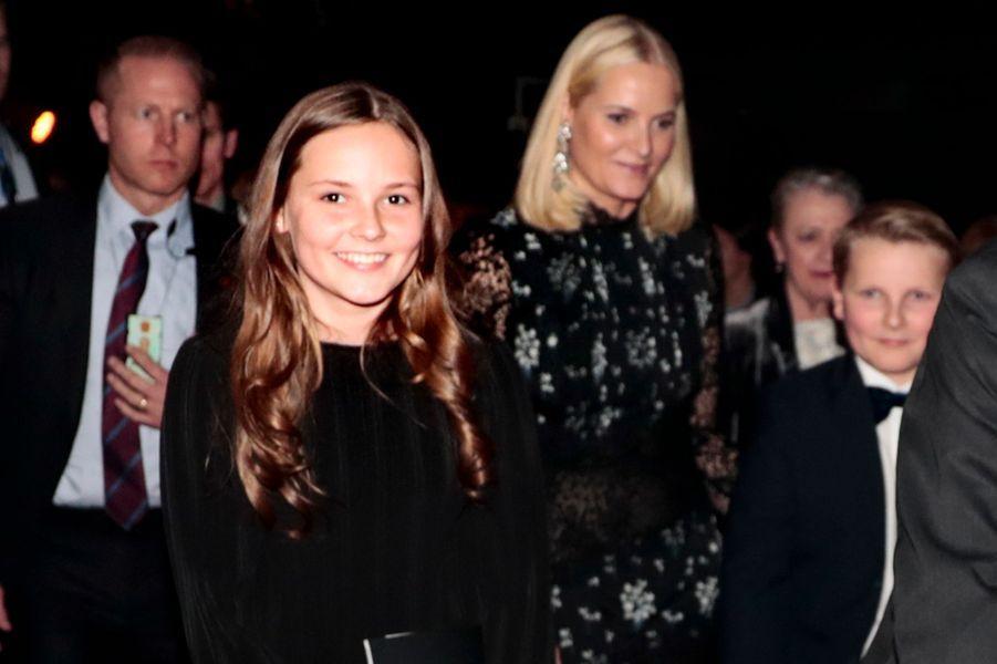 La princesse Mette-Marit de Norvège avec ses enfants la princesse Ingrid Alexandra et le prince Sverre Magnus à Oslo, le 11 décembre 2017