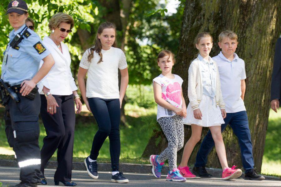 La reine Sonja de Norvège avec ses petits-enfants à Oslo, le 13 juin 2016