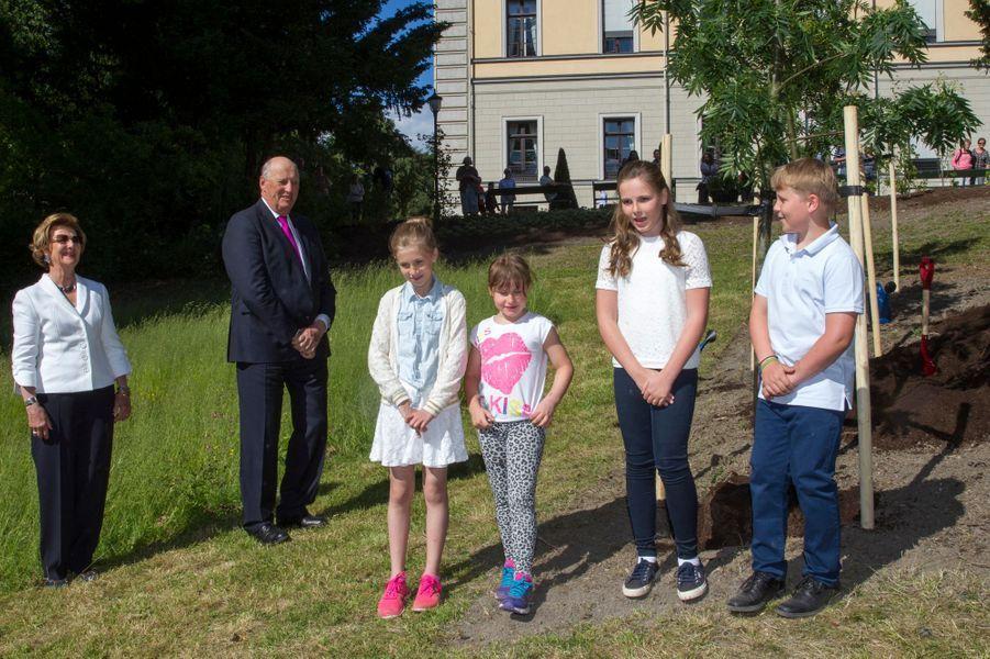La reine Sonja et le roi Harald V de Norvège avec leurs petits-enfants à Oslo, le 13 juin 2016