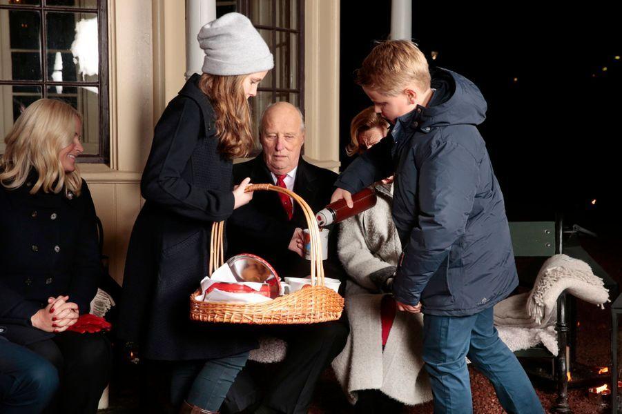 La princesse Ingrid Alexandra et le prince Sverre Magnus avec la princesse Mette-Marit et le roi Harald V de Norvège à Oslo, le 20 décembre 2016