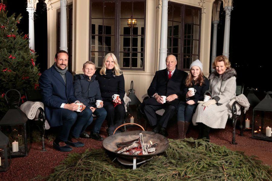 La famille royale de Norvège devant le belvédère du parc de la Reine à Oslo, le 20 décembre 2016