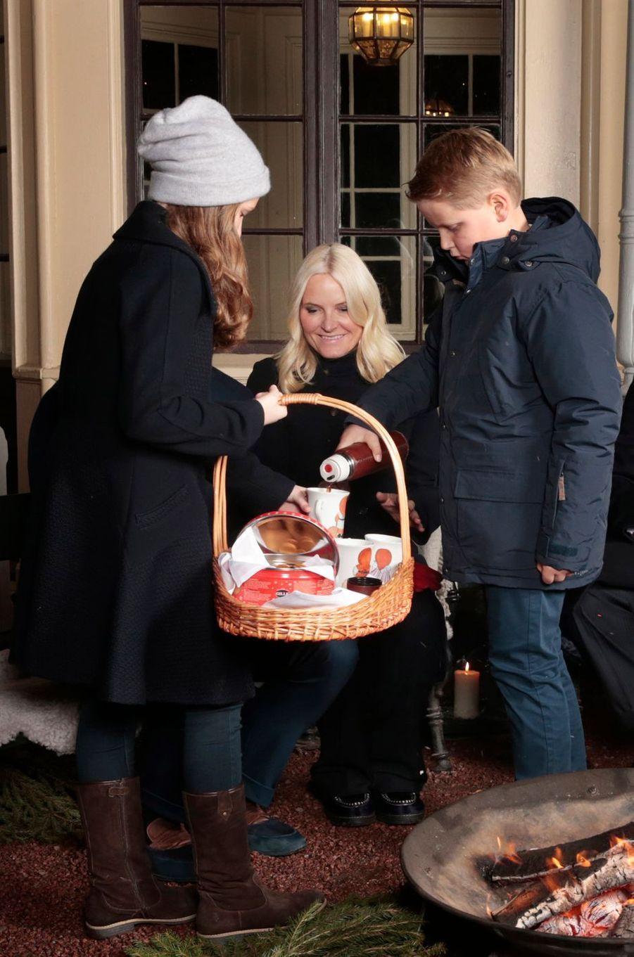 La princesse Ingrid Alexandra et le prince Sverre Magnus avec leur mère la princesse Mette-Marit de Norvège à Oslo, le 20 décembre 2016
