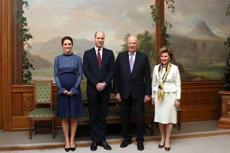 La duchesse de Cambridge et le prince William avec la reine Sonja et le roi Harald V de Norvège à Oslo, le 1er février 2018