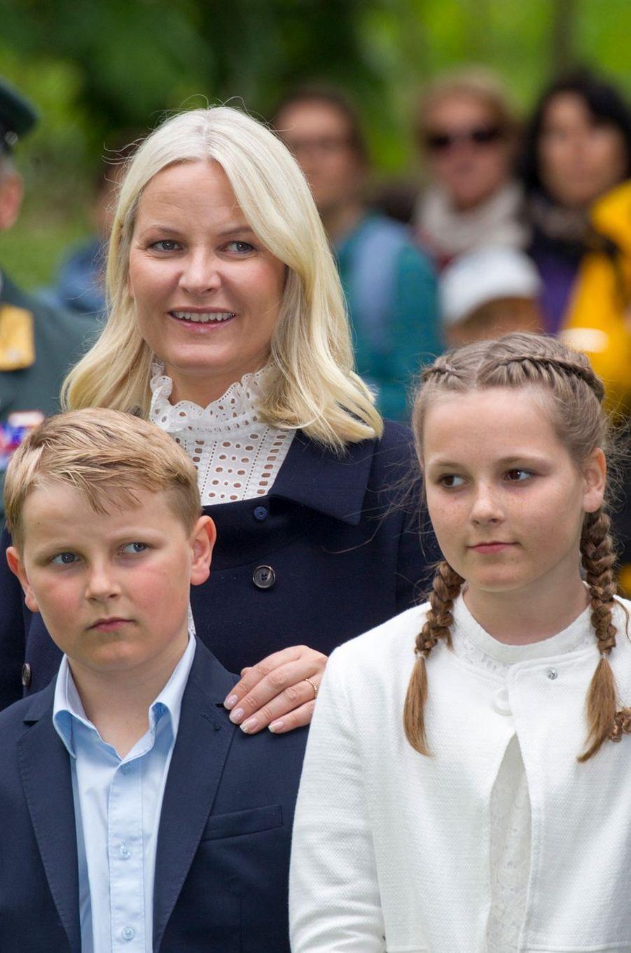 La princesse Ingrid Alexandra avec le prince Sverre Magnus et leur mère Mette-Marit de Norvège à Oslo, le 19 mai 2016